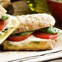 Sandviç, en önemli geleneklerimizden biridir. Bizim amacımız, mesleği fırıncılık olan işletmelerde pişen en güzel ekmekleri bulup en kaliteli, taze malzemelerle harika sandviçler hazırlamaktır.