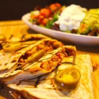 Tortilla arasında sotelenmiş,Mevsim sebzeleri,Renkli biberler,Acı jelapeno peynir,Salsa,Guacomole sos ve yoğurt