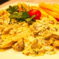 Izgara tavuk,Kremalı mantarlı sos,Haşlanmış sebze ve Patates kızartması ile
