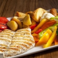 180 gr. özel soslu piliç göğüs-sebze sote elma dilim patates veya pilav.