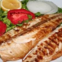 Balık tabağımız özel fesleğen sosları ile servis edilmektedir