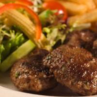 150 gr. baharatlı elma dilim patates, pilav, domates, biber ve salsa sos ile servis edilir.