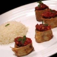 200 gr. Yufkaya sarılmış kasap köfte, Baharatlı elma dilim patates, pilav, domates, biber ve salsa sos ile servis edilir.