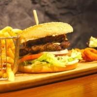 Özel harmanlanmış hamburger köftesi,Karamelize soğan,Konfit domates,Barbekü sos