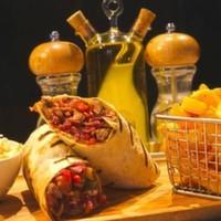 Tahıllı tortilla ekmeğine sarılı bonfile parçaları,Kaşar peyniri,Renkli biber,Karamelize soğan,Patates kızartması