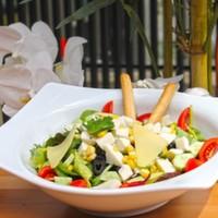 Karışık akdeniz yeşillikleri,Marul,Roka,Siyah zeytin,Mısır,Domates ve Kaşar peyniri,Beyaz peynir ve Dereotu