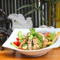 Marine edilmiş ızgara tavuk,Karışık yeşillik,Çeri domates,Salatalık,Kuru üzüm eşliğinde