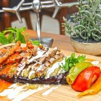 Közlenmiş patlıcan,Julyen bonfile dilimleri,Renkli biberler,Yoğurt ve Demiglace sos