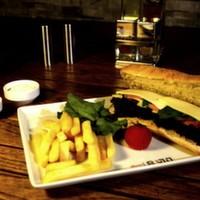 Dana jambon, kaşar peyniri, iceberg, domates salatalık, parmak patates