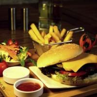 200 gr hamburger, köftesi, cheddar peyniri, kornişon turşu, karamelize soğan, Amerikan salatası, domates, yeşillik, elma dilim patates