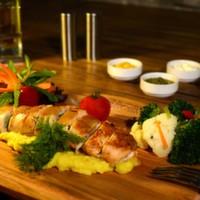 Patates püresi üzerine yatırılmış tavuk dolma, brokoli, mantar, karnıbahar, havuç, kaşar, haşlanmış sebze, özel sos