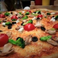 Shot sos, mozarella, beyaz peynir, brokoli, mantar, domates, siyah zeytin, kekik.