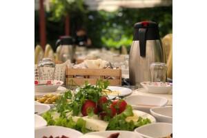 Çiçekliköy Yeni Asmalı Kahvaltı Evi'nde Doğayla İç İçe Serpme Kahvaltı
