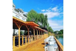 Temmuz Otel'de Nehir Kenarında Sınırsız Çay Eşliğinde Serpme Kahvaltı