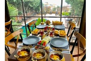 The Shaula'da Enfes Lezzetlerle Dolu Kişi Başı Serpme Kahvaltı Menüsü