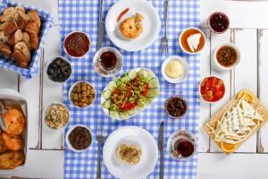 Urla Çuha Bahçe'de Girit Lezzetleri İle Enfes Serpme Kahvaltı